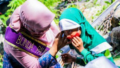 Photo of Istri Gubernur NTB Salurkan Bantuan ke Guru Non PNS di Desa Malaka-Teluk Nara