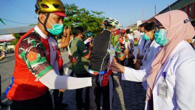 Photo of Sambut HUT TNI ke-75, Danrem 162/WB Persembahkan Bunga Penghargaan ke Tim Medis