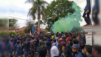 Photo of Satpol PP : Ribuan Massa Aksi Tolak UU Ciptaker di DPRD NTB Abaikan Protokol Kesehatan