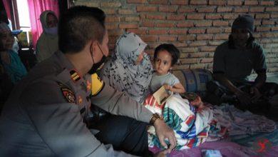 Photo of Kasat Sabhara Polres Loteng Datangi Anak Penderita Tumor di Batunyala Sambil Bawakan Bantuan