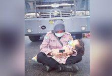Photo of Polwan Ismi N'dere saat Jaga Massa Sidang Sengketa Bacakada Dompu sambil Gendong Anak, Ini Tanggapan Gubernur