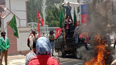 Photo of Penolakan UU Omnibus Law di NTB Terus Berlangsung, Gedor DPRD Udayana hingga Kantor Gubernur