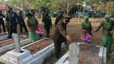 Photo of Bentuk Penghormatan, Prajurit Kodim 1620/Loteng Tabur Bunga di Makam Pahlawan