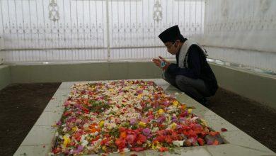 Photo of Bentuk Penghormatan ke Pahlawan, Calon Wawalikota Mataram Ahda Tabur Bunga di TGKH Muhammad Zainuddin Abdul Madjid