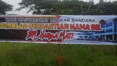 Photo of Ada Upaya Paksa Pergantian Papan Nama Bandara, Puluhan Warga Lingkar BIL melakukan Penolakan depan Pintu Masuk