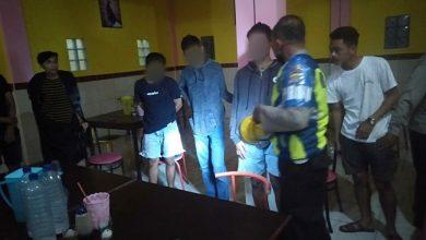 Photo of Pasangan Muda Mudi Diborgol Polisi saat Asyik Pesta Miras