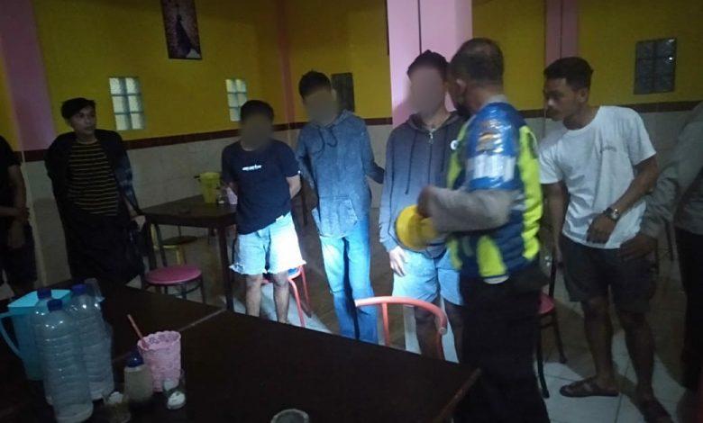 Pasangan Muda Mudi Diborgol Polisi saat Asyik Pesta Miras