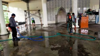 """Photo of Tentara Koramil 1620-04/Praya Barat """"Berjibaku"""" Bersihkan Lumpur Pasca Banjir"""