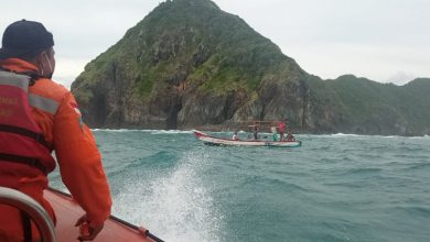 Photo of Terpeleset dari Tebing, Muhsan Terseret Ombak Pantai Teunting Unting Loteng