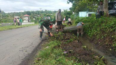Photo of Membantu Masyarakat Cegah Bencana Banjir, Gabungan TNI-Polri Bersihkan Saluran Air
