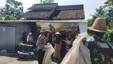 Photo of Memulung, Babinsa dan Babinkamtibmas Gerantung Donasikan Hasilnya untuk Masjid