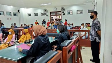 Photo of Sidang Ketiga di PN Praya, Pemilik Pabrik Tembakau yang Melaporkan Empat IRT Meminta Maaf