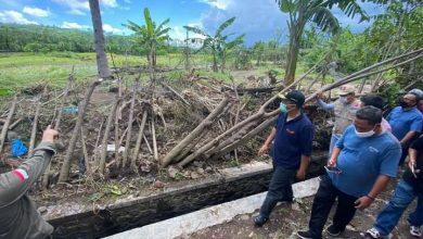 Photo of Sambil Menyerahkan Bantuan, Gubernur NTB Tinjau Lokasi Banjir Dompu