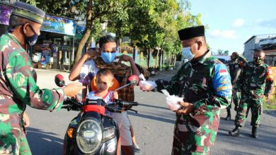 Photo of Danramil dan Persit Janapria berbagi Takjil dan Masker kepada Masyarakat