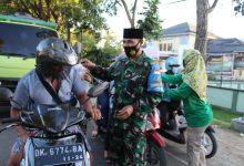 Photo of Pengguna Jalan di Pujut Diberikan Takjil oleh Anggota Koramil 1620-02
