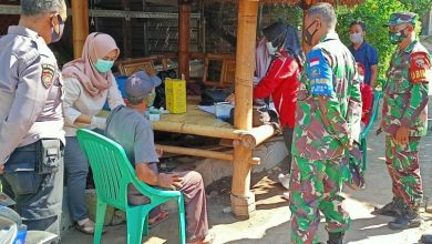 Photo of Vaksinasi Lansia, TNI dan Polri di Loteng Dampingi Nakes Door to Door